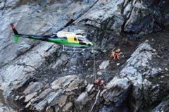 Ein Helikopter der Heli Gotthard fliegt über die Unfallstelle. (Bild: Urs Hanhart/Neue UZ)