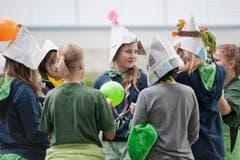 Sie basteln mit Zeitungspapier Hüte... (Bild: Pius Amrein / Neue LZ)