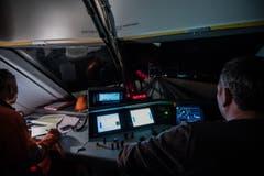 Zwei Fachleute steuern und überwachen eine Testfahrt. (Bild: PD/Maurus Huwyler)