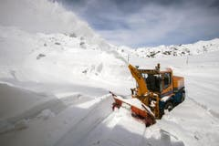 Auf dem Gotthardpass herrscht noch tiefer Winter. (Die folgenden Bilder stammen vom 29. April). (Bild: Keystone)