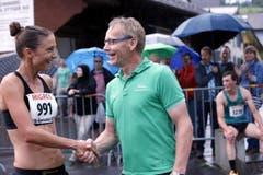 Der Aegeriseelauf mit vielen Teilnehmern im Bild die schnellste Frau Susanne Rüegger aus Cham mit Ok Präsident Bruno Schuler. (Bild: Werner Schelbert (Neue ZZ))