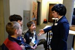 v.l, Matia Radollovic, Alessio Piccioniund und Marvin Piccioni, im Gespräch mit Michèle Bucher. (Bild: Nadia Schärli (Neue LZ))