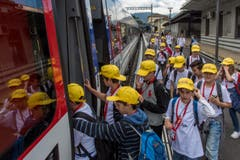 Derweil: Schüler steigen in den Zug. (Bild: Keystone / Carlo Reguzzi)