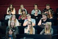 Die Jungpolitiker vollziehen den dramaturgischen Bogen der Rede nach. (Bild: Pius Amrein / Neue LZ)