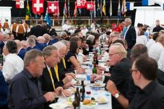 Im Festzelt nehmen die Chormitglieder das Mittagessen ein. (Bild: Roger Zbinden (Neue NZ))