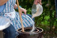Das Sauerkraut wird zubereitet. (Bild: Dominik Wunerli / Neue LZ)