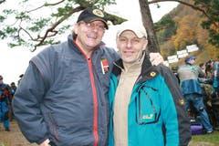 Max Guggisberg (links) und Martin Kneubühler aus Bern unterstützen die Schützen der Berner Stadtschützen. (Bild: Irene Infanger / Neue SZ)