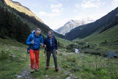 Der Urner Ständerat Isidor Baumann (rechts) und SBB-CEO Andreas Meyer diskutieren angeregt. (Bild: Keystone / Alexandra Wey)