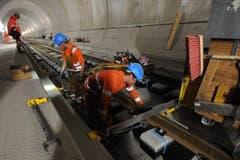 Arbeiter bereiten die Fahrbahn für das Betonieren vor. (Bild: Urs Hanhart/Neue UZ)