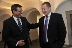 Die neu Gewählten gratulieren sich zur Wahl: Ständerat Josef Dittli (links) und Nationalrat Beat Arnold. (Bild: Urs Hanhart)