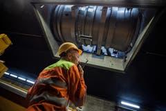 Stephan Kieliger, Verantwortlicher für die Revisionsarbeiten, beobachtet den Abtransport eines Lüftrades. (Bild: Keystone)