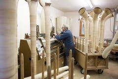 Höchste Präzision ist gefragt: Josef Stocker stellt die Fräsmaschine in seiner Krienser Werkstatt ein. (Bild: Manuela Jans/Neue LZ)