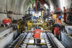 29. Oktober 2014: Einbau der Schienen in der Oströhre. (Bild: Keystone)