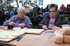 Käthi Biral und Rösli Marti streichen seit 20 Jahren Brote auf dem Rütli für die Schützen und Schlachtenbummler. (Bild: Irene Infanger / Neue SZ)