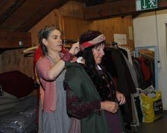Bei der Probe am 7. Juni: Ausstatterin Anna Maria Glaudemans Andreina hilft bei der Anprobe der Kostüme. (Bild: Urs Hanhart / Neue UZ)