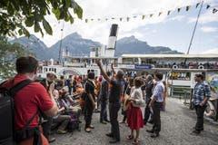 Bundespräsident Didier Burkhalter mit Jugendlichen der Stiftung für junge Auslandschweizer bei der Tellsplatte am Freitag, 1. August 2014. (Bild: Keystone)