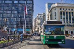 Einer der Luzerner Busse fährt im Zentrum der 280'000-Einwohner-Hafenstadt am Pazifik. (Bild: Samuel Fuentes, Valparaiso)