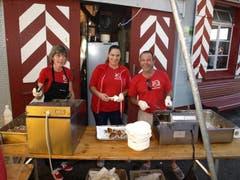 Alle Hände voll zu tun hatte das Team von René Hug aus Buochs mit der Zubereitung von Fisch-Chnusperli, an der 1.-August-Feier in Stansstad. (Bild: Kurt Liembd / Neue NZ)