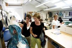 Beatrice Turnher, links, und Vreni Schacher in der Theater-Schreinerei. (Bild: Corinne Glanzmann)