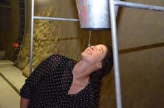 Céline Ghironi sieht am Ende des Trichters Sedrun - aber nur ein Foto davon. (Bild: Antonio Russo)