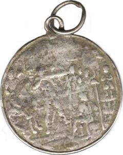 Silberne Schulprämie aus dem 18. Jahrhundert, gefunden bei der Begehung des Pfarrmättelis mit dem Metalldetektor. Die Vorderseite zeigt das Urnerwappen; zu seinen Seiten der hl. Martin und ein Krieger mit Horn. (Bild: PD)