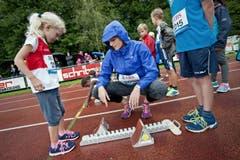 Léa Sprunger zeigt einer jungen Athletin, wie man den Startpflock richtig einstellt. (Bild: Pius Amrein / Neue LZ)