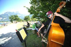 Zunderobsi spielen am Klangspaziergang im Russdelta. (Bild: Urs Hanhart)