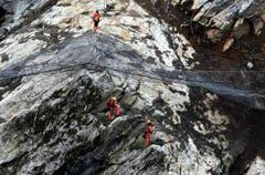 Geologen beobachten den Hang. (Bild: Keystone)