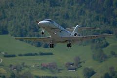 Der neue Jet PC-24 der Pilatus Flugzeugwerke in Stans bei seinem ersten Start am Montag, 11. Mai 2015, auf dem Flugplatz in Buochs. (Bild: URS FLUEELER)