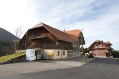 Das alte Pächterhaus auf Heiligkreuz steht unmittelbar neben dem Hospiz (rechts). (Bild: Manuela Jans-Koch/Neue LZ)