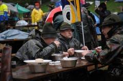 Schützen nehmen eine warme Stärkung zu sich. (Bild: Urs Hanhart / Neue UZ)