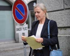 Nationalratskandidatin Annaliese Russi (Grüne) studiert die Resultate. (Bild: Urs Hanhart (Neue UZ))
