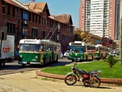 In Valparaiso in Chile machen die VBL-Busse neue Begegnungen: Vorne fährt ein Trolleybus, der einst in Zürich unterwegs war. (Bild: Samuel Fuentes, Valparaiso)