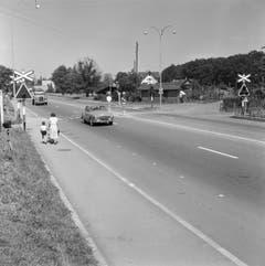 Im Juli 1956, ein Jahr nach der Eröffnung, gab es noch Fussgängerstreifen und einen Bahnübergang über die Autobahn. (Bild: KEYSTONE/PHOTOPRESS-ARCHIV/BR.)