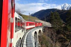 Die Matterhorn Gotthard Bahn unterwegs zwischen Brig und Fiesch. (Bild: Bruno Ringgenberg)