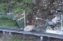 Ein grosser Felsblock liegt auf dem Gleis der Gotthardbahnlinie. (Bild: Urs Hanhart/Neue UZ)