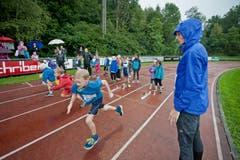 Léa Sprunger beobachtet einen jungen Athleten beim Sprint. (Bild: Pius Amrein / Neue LZ)
