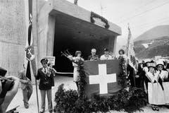 Bundesrat Leon Schlumpf, Vorsteher des Eidgenössischen Verkehrs- und Energiewirtschaftsdepartementes, hält am 25. Juni 1982 anlässlich der Feierlichkeiten zur Eröffnung des Furkatunnels eine Rede vor dem Eingangsportal in Oberwald. (Bild: Keystone / Str)