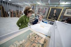 Auf dem Bild zu sehen ist links Daniela Walker (Stadtarchivarin) und Doris Bucher (Mitarbieterin Städtische Kunststammlung). (Bild: Pius Amrein (Neue LZ))