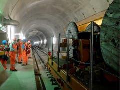 31.10.2013: Von riesigen Kabelrollen werden zirka 5000 Tonnen Kupferkabel eingezogen. (Bild: Keystone)