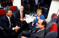 Die politische Prominenz fährt einen Sonderzug: Das ganz entspannte Quartett, der italienische Premierminister Matteo Renzi, der Schweizer Bundespräsident Johann Schneider-Ammann, Frankreichs Präsident François Hollande und die deutsche Kanzlerin Angela Merkel. (Bild: Keystone / Ruben Sprich)
