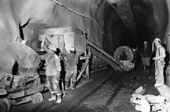 Mineure mit dem Betonmischer auf der Baustelle des Furka-Basistunnels, aufgenommen im Jahr 1980. (Bild: Keystone / Str)