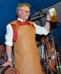 Stadtpräsidenten Stefan Roth prostete auf die Eröffnung des 4. Lozärner Oktoberfestes. (Bild: Claudia Surek)