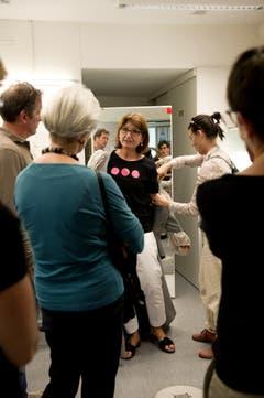 Ulrike Scheiderer (schwarzes Shirt) zeigt die Theaterkleider. (Bild: Corinne Glanzmann)
