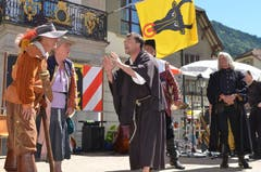 """Die Gäste aus Altdorf bei Nürnberg spielten an der Bundesfeier eine Szene aus Schillers """"Wallenstein"""". (Bild: Markus Zwyssig / Neue UZ)"""