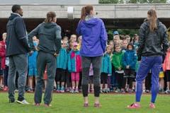 Die Leichtathletik-Stars versetzen die Kinder in Staunen. (Bild: Pius Amrein / Neue LZ)