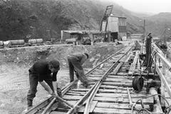 Tunnelarbeiter arbeiten am 26. Mai 1976 an der Linienführung zum Eingang des Furka-Basistunnels in Realp. Der Furkatunnel ist ein 15,4 km langer Eisenbahntunnel, der Oberwald im Kanton Wallis und Realp im Kanton Uri miteinander verbindet. (Bild: Keystone / Str)