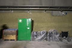 Rollstühle und ein Sanitätsschrank stehen für den Notfall bereit. (Bild: Keystone / Alexandra Wey)