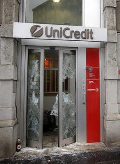 Auch Banken waren vor den Demonstranten nicht sicher: Sie warfen die Scheiben ein. (Bild: Luca Bruno)