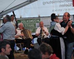 Im Festzelt wurde eifrig das Tanzbein geschwungen. (Bild: Urs Hanhart / Neue UZ)